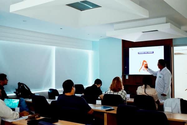 Dr. Castillo ministrando aula