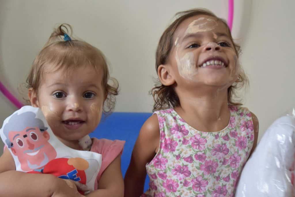 Crianças sorrindo no dia especial
